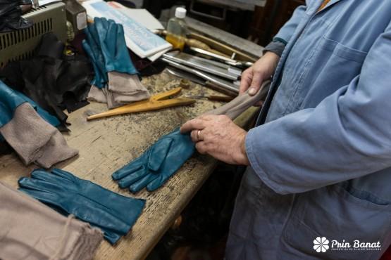 Ultimul atelier meşteşugăresc de confecţionat mănuşi din piele