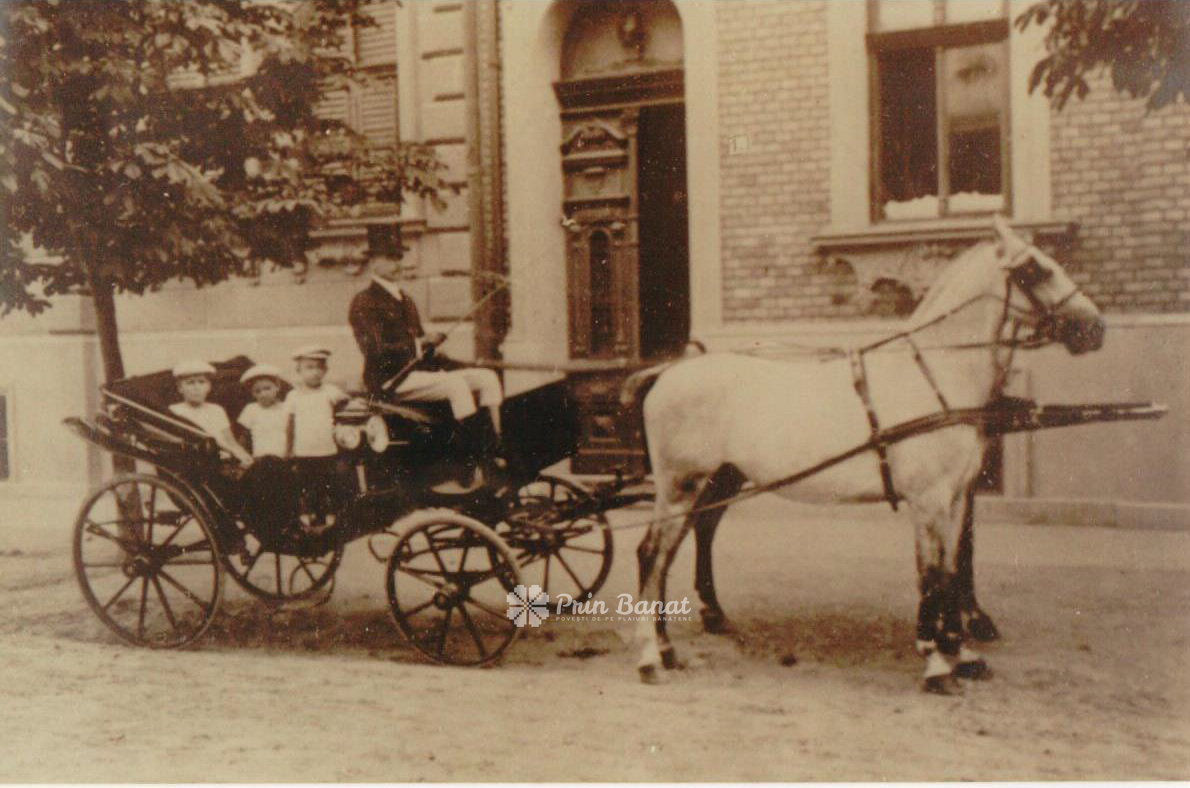 Ivan Senior and three of his children in front of the Mučalov house in Temeswar, cca. 1910. Today, the house is located on Timotei Cipariu street, no. 4.